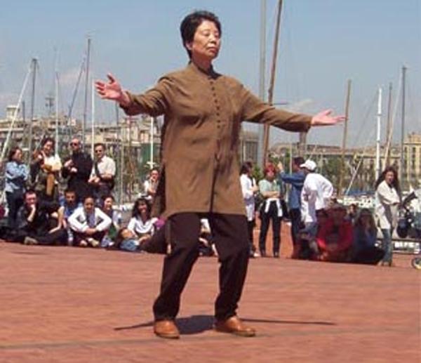 Dra. Hu Yuen Xian demonstrando o Chi Kung  - Crédito: Wikimedia Commons